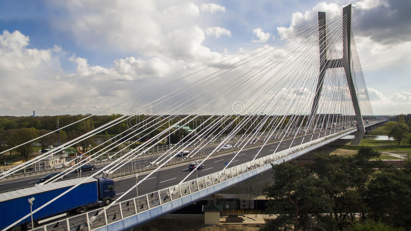 Haut pont de corde au-dessus de la rivière photographie stock