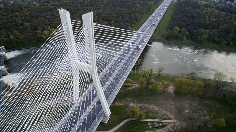 Haut pont de corde au-dessus de la rivière photo libre de droits