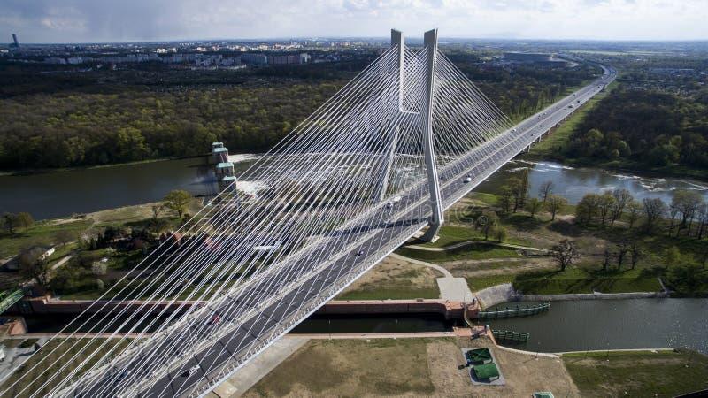Haut pont de corde au-dessus de la rivière images stock