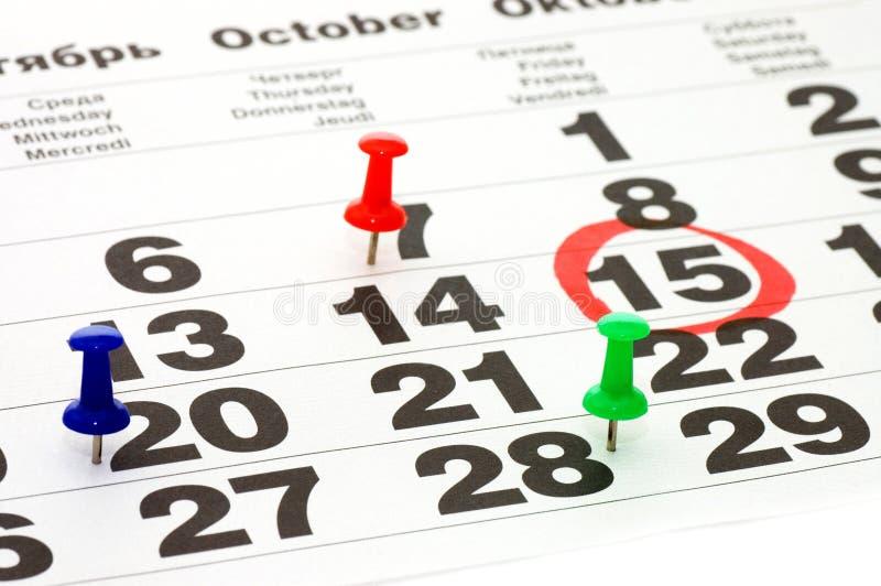 Haut proche de calendrier et de Thumbtack photo stock