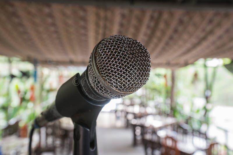 Haut proche de microphone photos stock