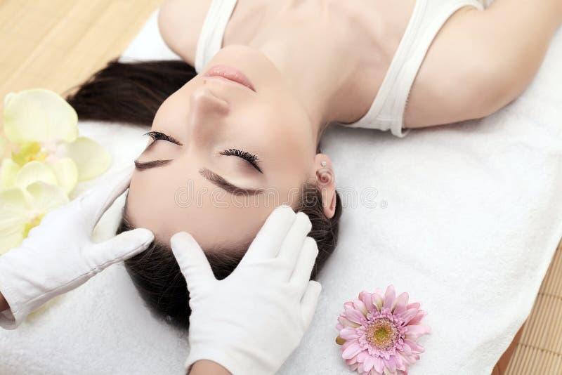 Haut und Körperpflege Nahaufnahme einer jungen Frau, die Badekur am Schönheits-Salon erhält Badekurort-Gesichts-Massage Gesichtss stockfoto