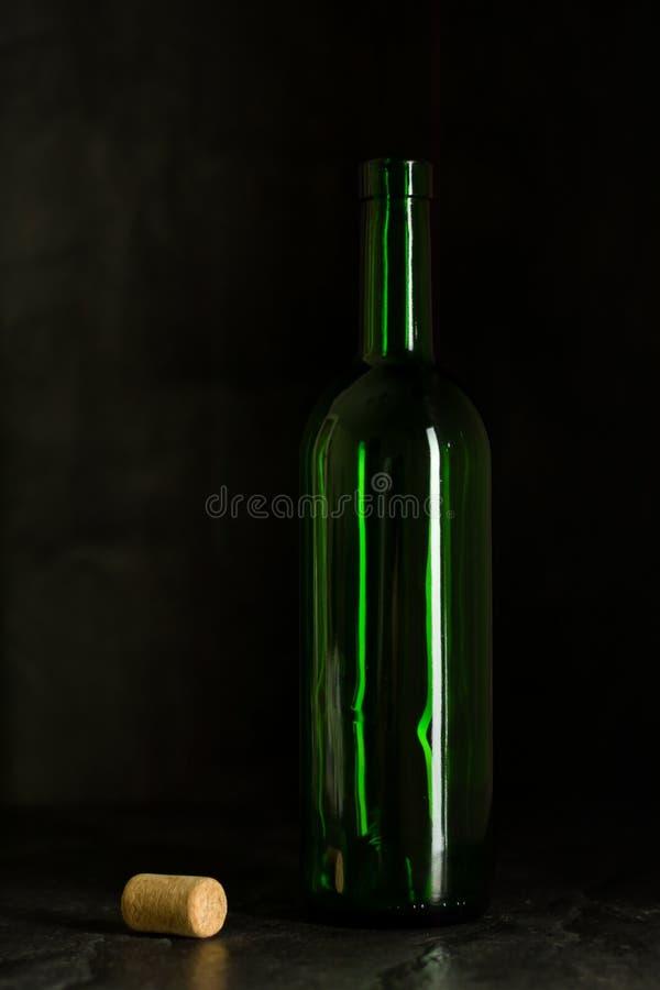 Haut verre de vin fait à partir du verre vert Aucun contenu Verre et liège Regarder l'appareil-photo image stock