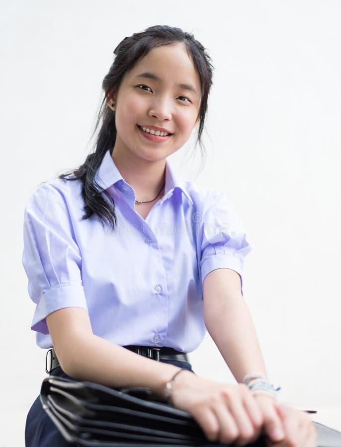 Haute étudiante thaïlandaise asiatique d'écolière dans l'uniforme scolaire d'isolement image libre de droits
