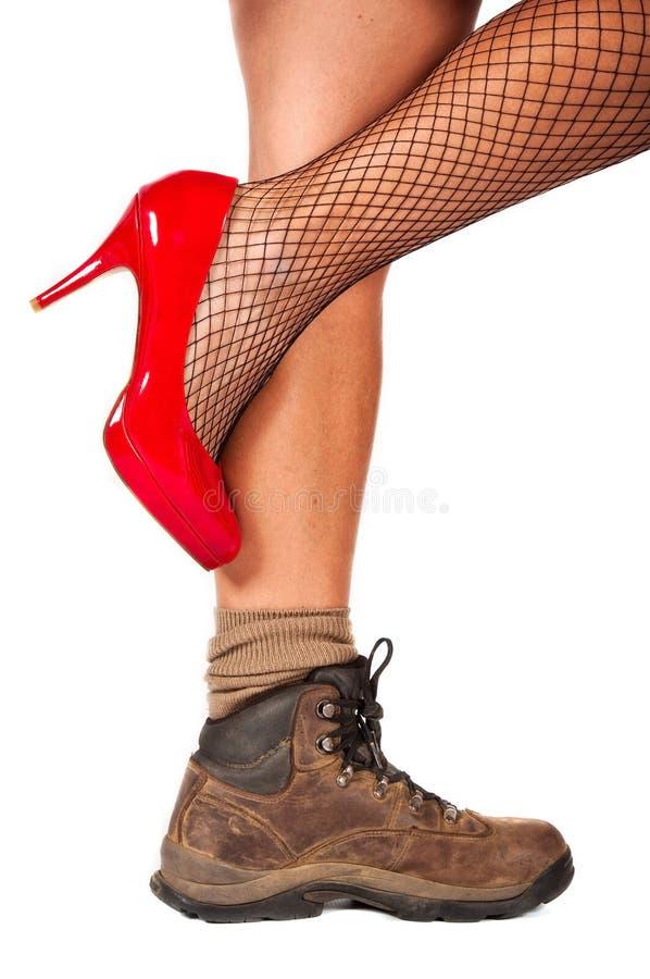 Haute chaussure de côte contrairement à la chaussure de marche photographie stock