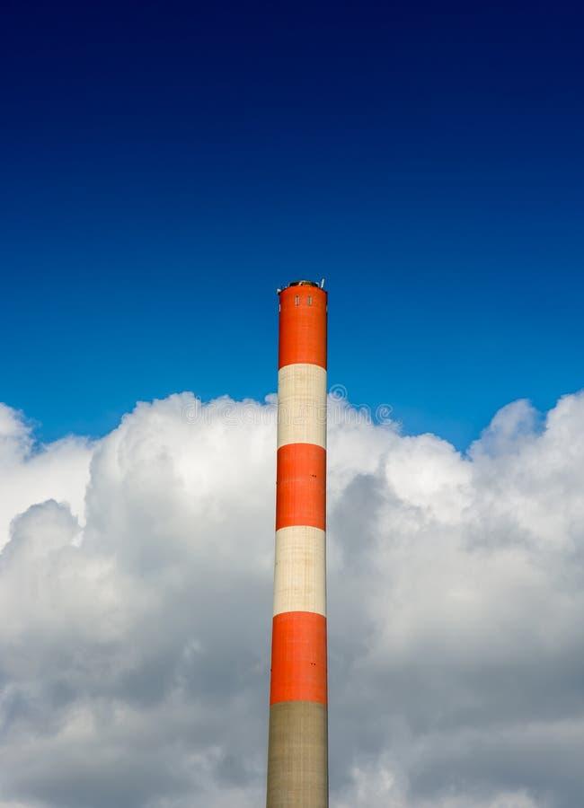 Haute cheminée avec des nuages photographie stock libre de droits