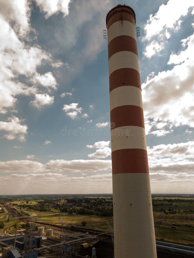 Haute cheminée concrète à une centrale photos stock