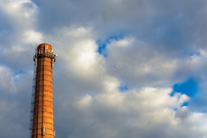 Haute cheminée de centrale thermique photo stock