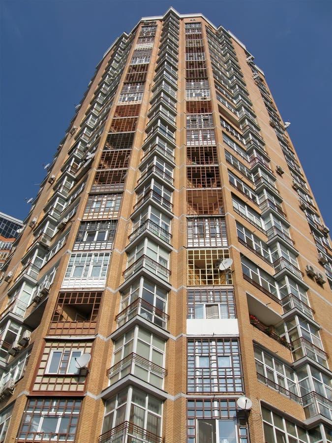 Haute construction neuve, brique rouge, plaques satellites,   photographie stock libre de droits