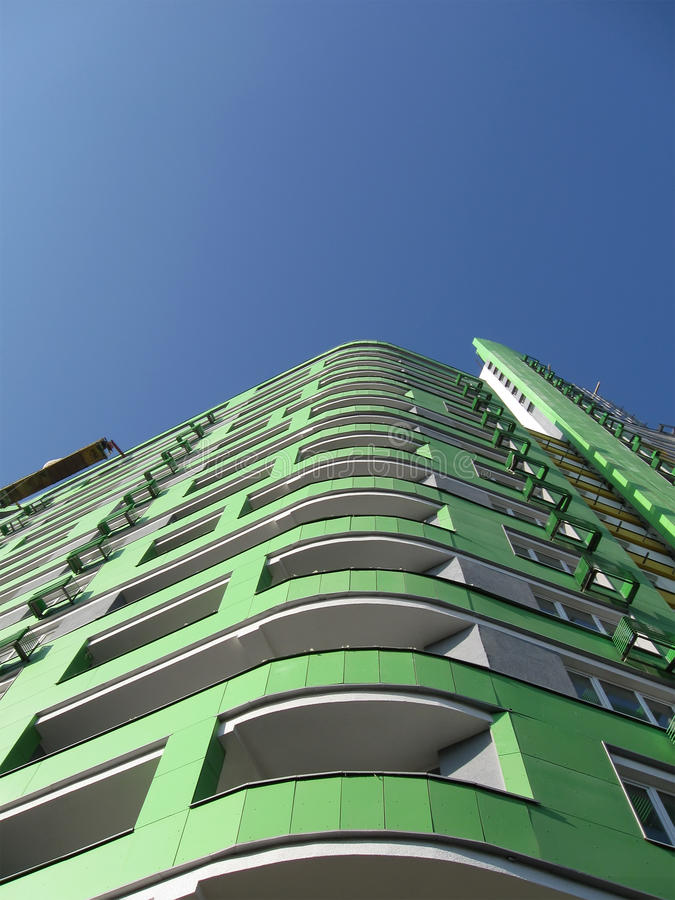 Haute construction urbaine neuve, couleur verte, ciel bleu photos stock