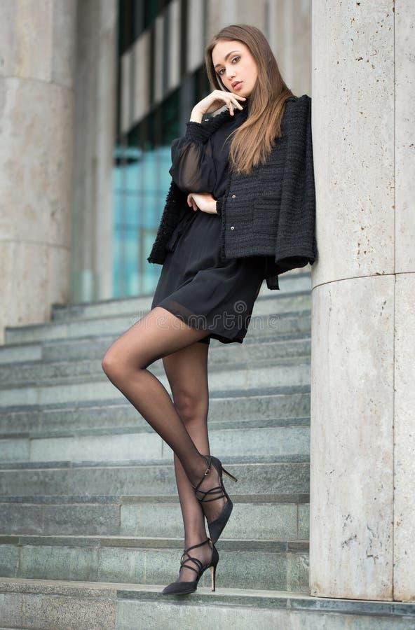 Haute Couture Brunette lizenzfreie stockbilder