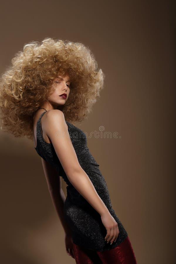 Haute couture Modekvinna med den utsmyckade frisyren royaltyfri foto