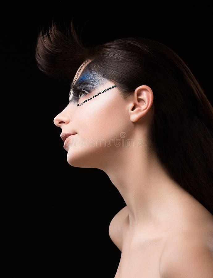 Haute-coutures. Futuristisch Brunette met Metaalbergkristallen. Fantastische Ongebruikelijke Make-up stock afbeeldingen