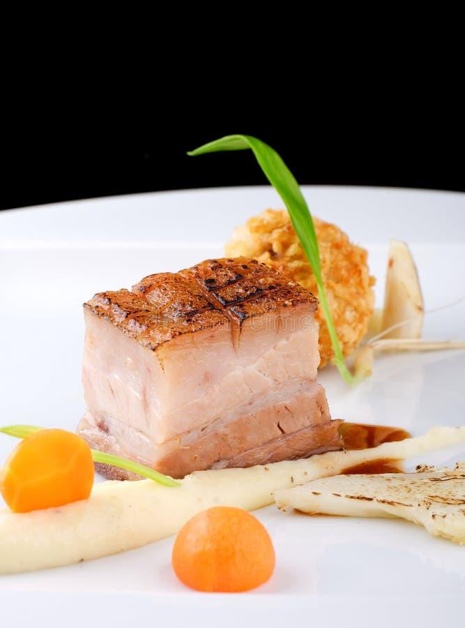 Haute cuisine, bifteck de Confit de porc avec une pomme de terre photo libre de droits