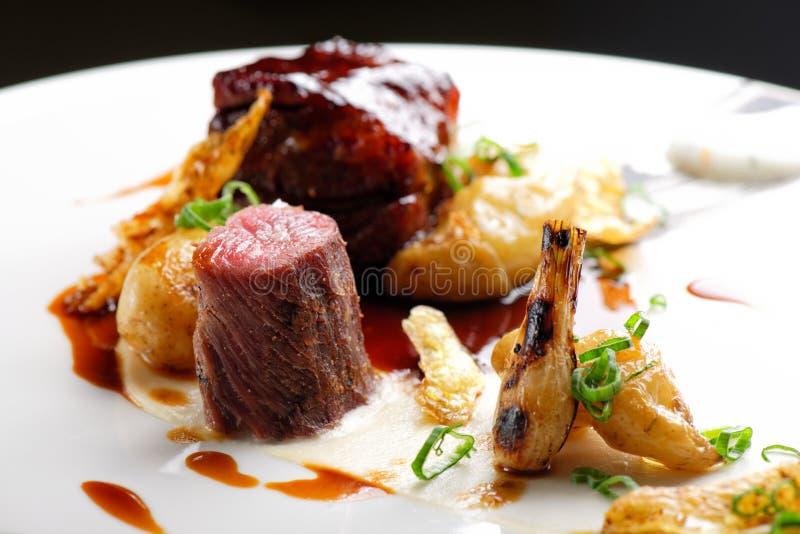 Haute cuisine, biftecks grillés d'agneau avec de la sauce du port images libres de droits