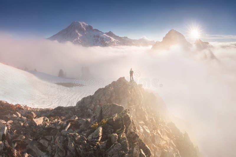 Haute de lumière de matin au-dessus de la couche de nuage sur le mont Rainier Belle région de Paradise, l'état de Washington, Eta photographie stock