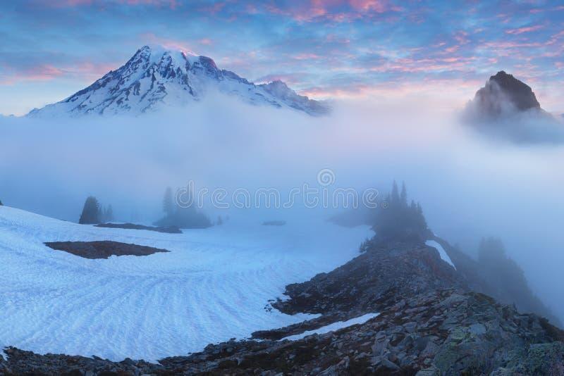 Haute de lumière de matin au-dessus de la couche de nuage sur le mont Rainier Belle région de Paradise, l'état de Washington, Eta images libres de droits