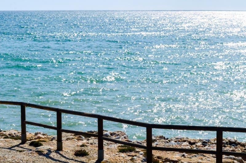 Haute falaise au-dessus de la mer avec la barrière en bois, backgro de mer d'été images libres de droits