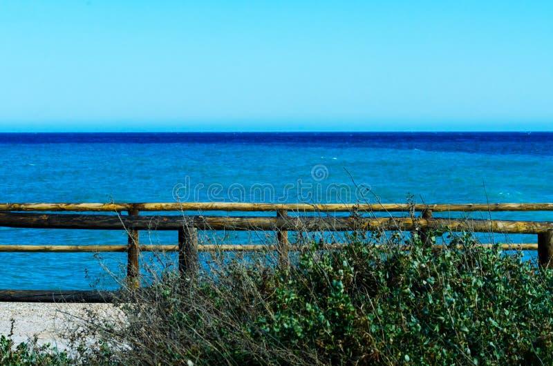 Haute falaise au-dessus de la mer avec la barrière en bois, backgro de mer d'été photo stock