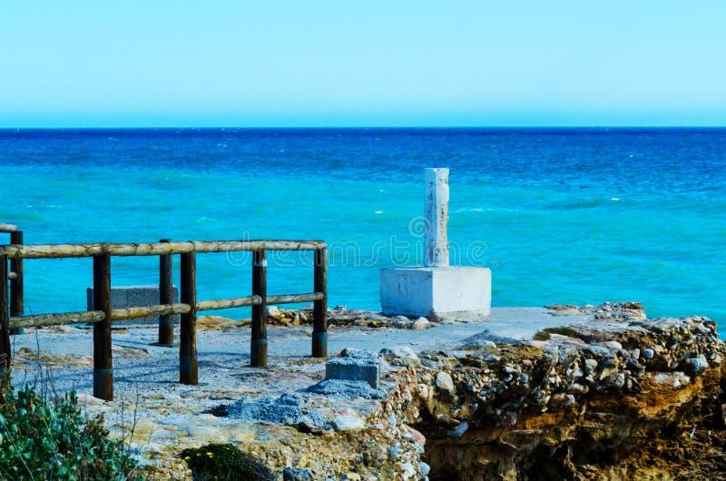 Haute falaise au-dessus de la mer avec la barrière en bois, backgro de mer d'été image libre de droits