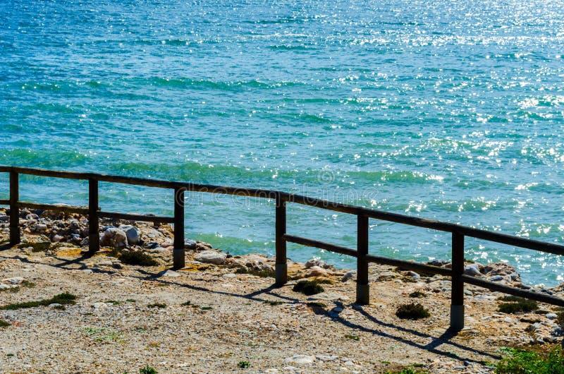 Haute falaise au-dessus de la mer avec la barrière en bois, backgro de mer d'été photos libres de droits