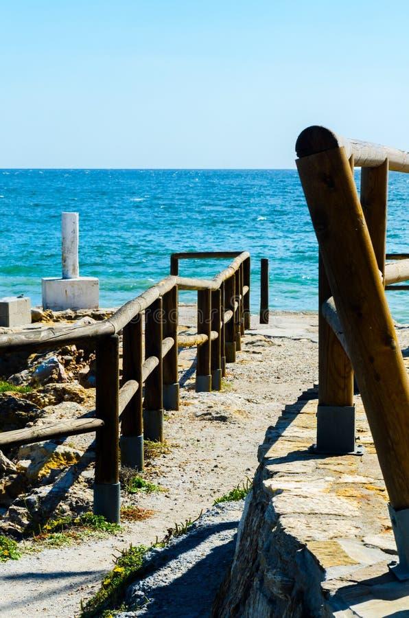 Haute falaise au-dessus de la mer avec la barrière en bois, backgro de mer d'été images stock