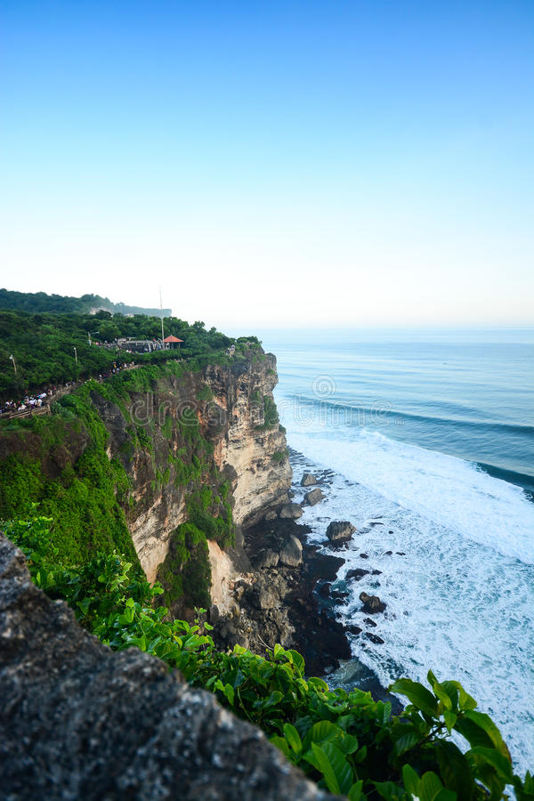 Haute falaise au temple d'Uluwatu, Bali, Indonésie photo libre de droits