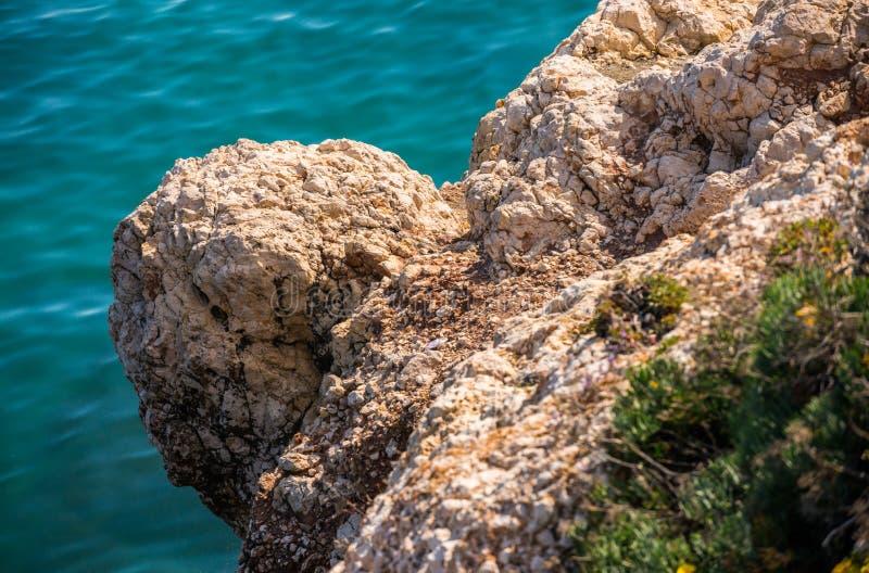 Haute falaise fond au-dessus de mer, mer d'été, beaucoup éclaboussant photographie stock libre de droits