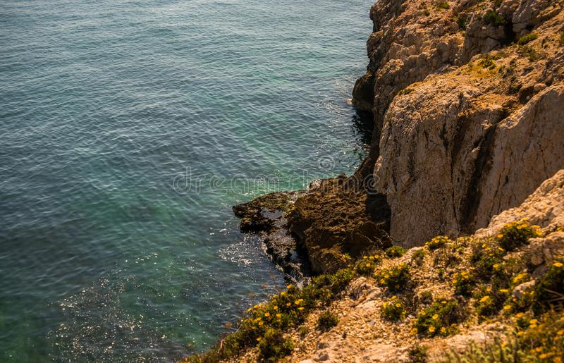 Haute falaise fond au-dessus de mer, mer d'été, beaucoup éclaboussant photos stock