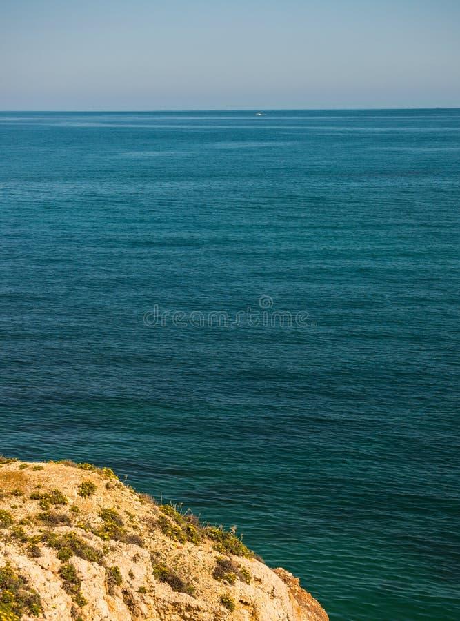 Haute falaise fond au-dessus de mer, mer d'été, beaucoup éclaboussant photo libre de droits