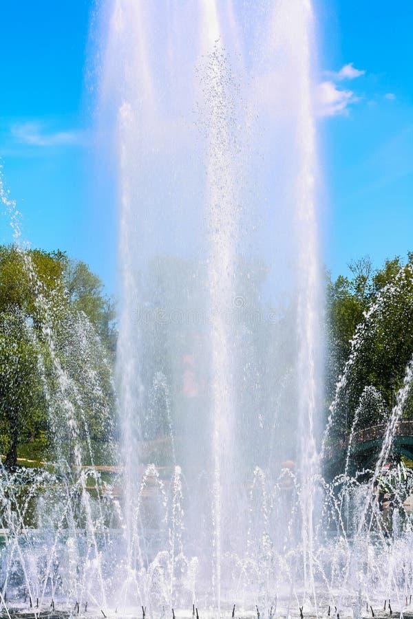 Haute fontaine contre le ciel bleu images libres de droits
