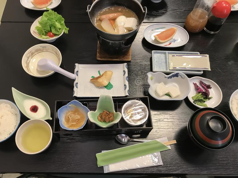 Haute japanskt kokkonstsortiment, ett kaisekimål för frukost arkivbild