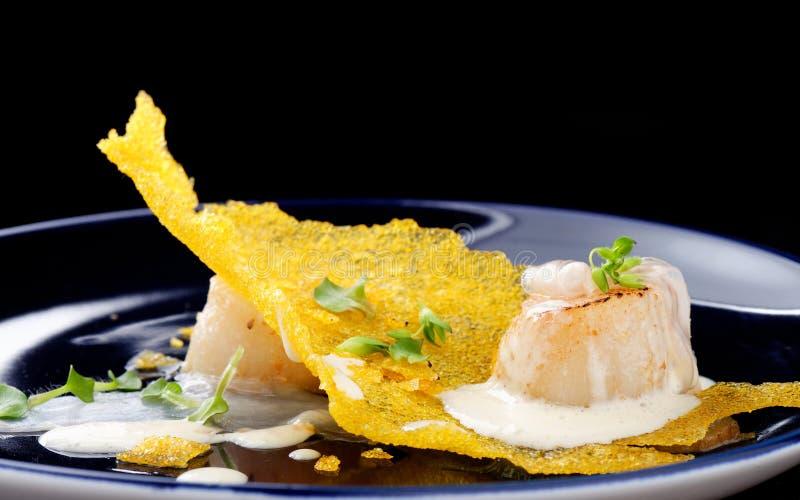 Haute kokkonst, lyxmatkammusslor på en havre royaltyfria foton