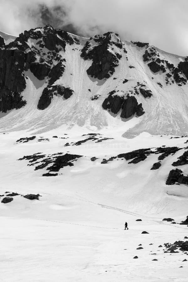 Haute montagne noire et blanche avec la corniche de neige et la traînée d'avalanche photo stock