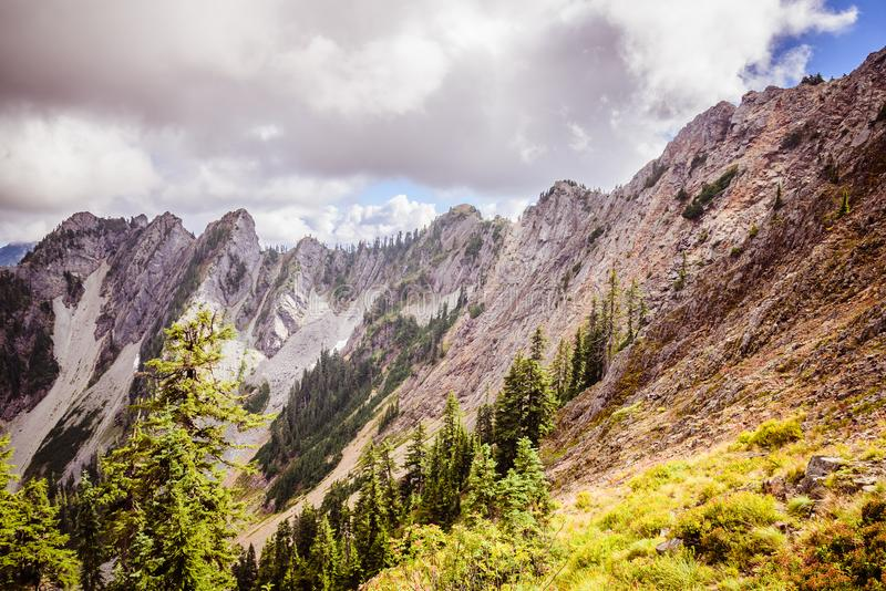 Haute montagne rocheuse dans les nuages images libres de droits