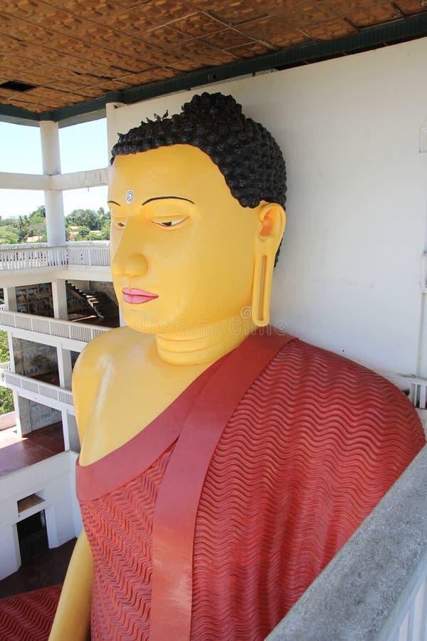 Haute statue de Bouddha dans un temple bouddhiste, Weherahena, Matara image libre de droits