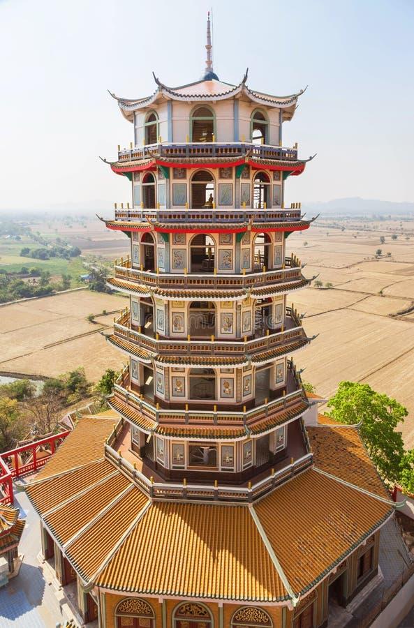 Haute tour chinoise antique de pagoda au thamsua de wat, Thaïlande photographie stock libre de droits