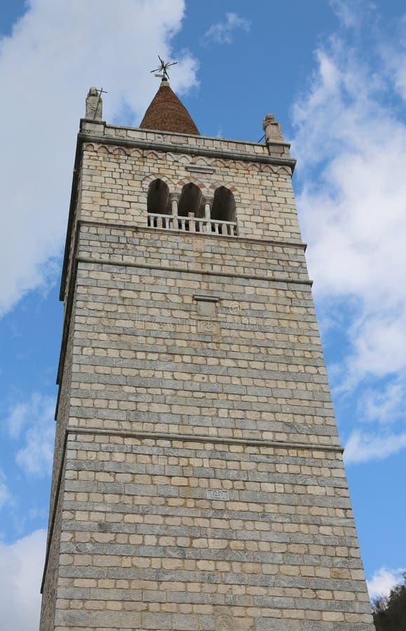 Haute tour de cloche de cathédrale de Gemona en Italie photos libres de droits