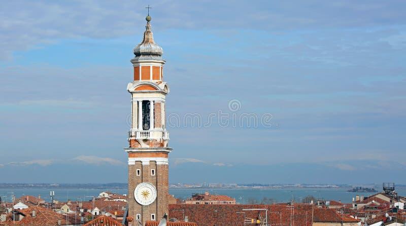 haute tour de cloche de l'église des apôtres saints du Christ dans Veni photo libre de droits