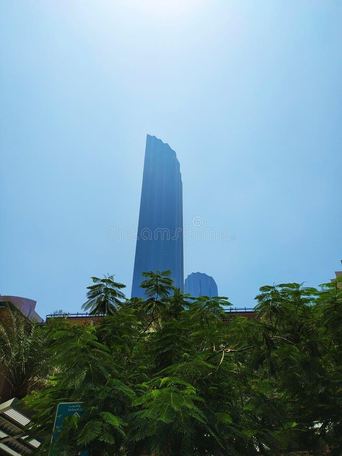Haute tour grande par temps ensoleillé humide images stock