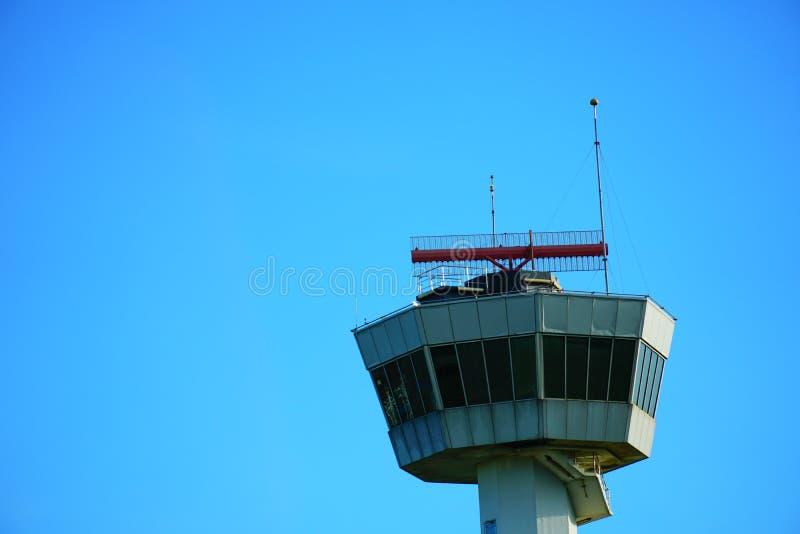Haute tour PAR RADIO AÉRONAUTIQUE de ciel du ` s à l'emplacement d'aitport photos libres de droits