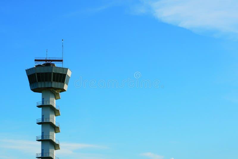 Haute tour PAR RADIO AÉRONAUTIQUE de ciel du ` s à l'emplacement d'aitport photos stock