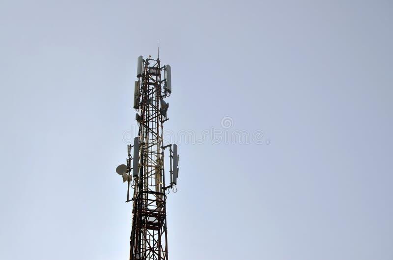 Haute tour pour les ondes radio de transmission et recevoir un signal sans fil Un courrier pour fournir la communication sans fil image libre de droits