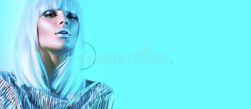 Hautecouture-Modellmädchen in den bunten hellen Neonlichtern, die im Studio aufwerfen Porträt der schönen sexy Frau in der weißen stockfotografie