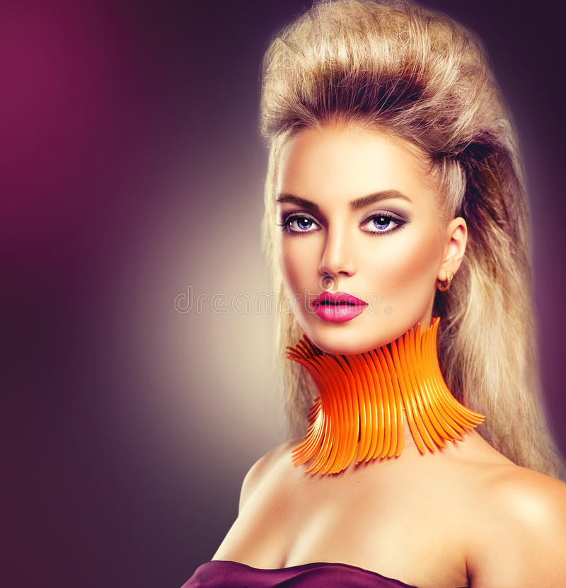 Hautecouture-Modellmädchen mit Mohikanerfrisur lizenzfreies stockbild