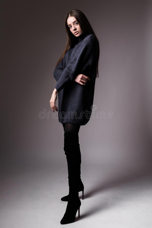 Hautecouture-Modellporträt der elegante Frau Schwarzhintergrundatelieraufnahme stockfotos