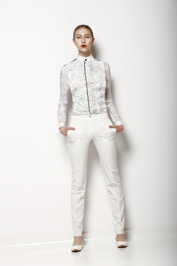Hautecouture. Modische Frau in den weißen Hinterteilen in der würdevollen Haltung. Frühlings-Zeit-Sammlung stockbilder
