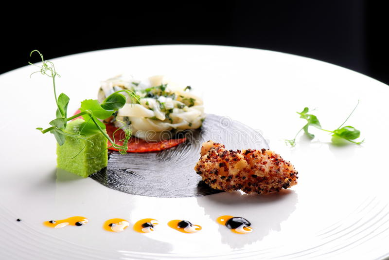 Hautekeuken, Gastronomisch voorgerecht, pijlinktvis, garnalentempura stock afbeeldingen