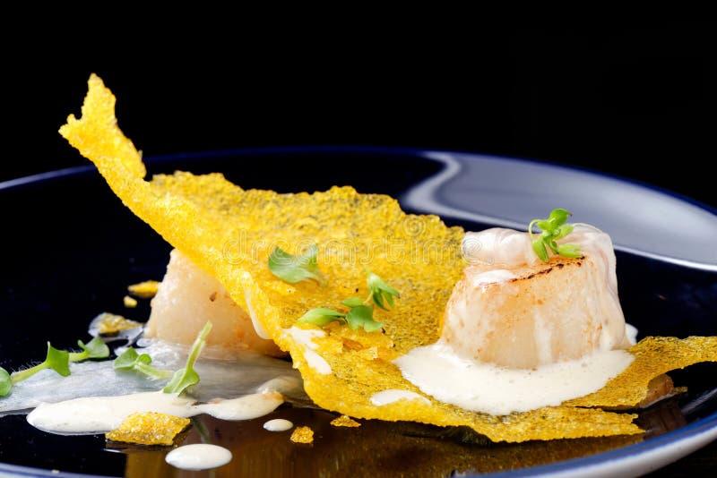Hautekeuken, Gastronomische voedselkammosselen op een graan stock foto's