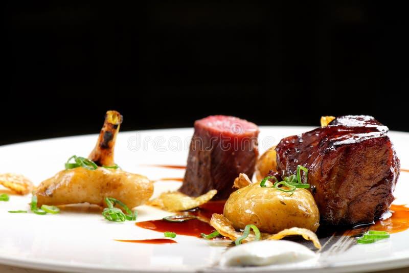 Hautekeuken, geroosterde Lamslapjes vlees met een saus van haven royalty-vrije stock fotografie